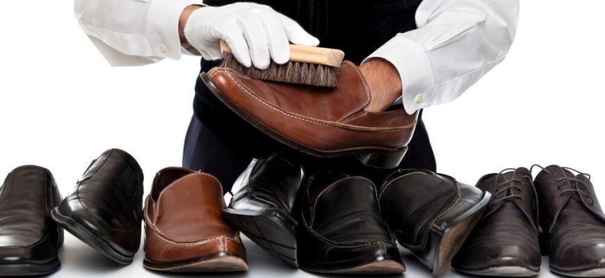 Мужчина чистит туфли