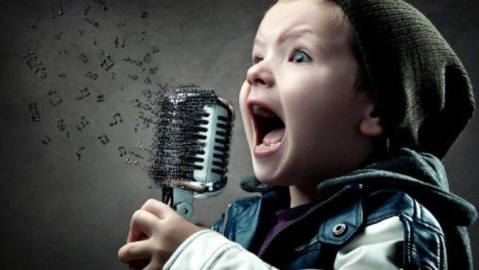Ребенок поет