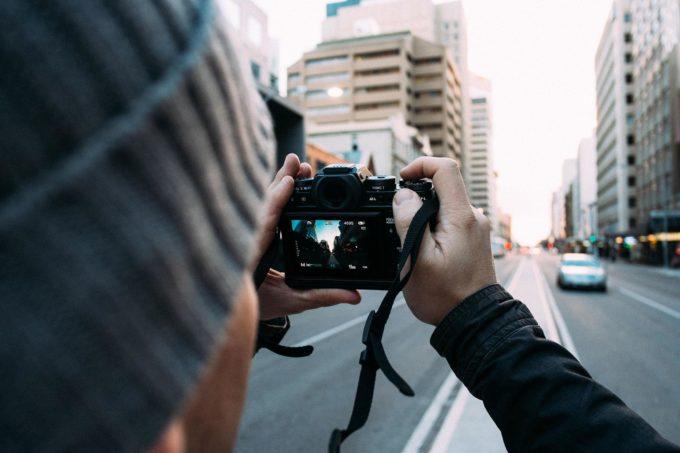 Парень фотографирует улицу