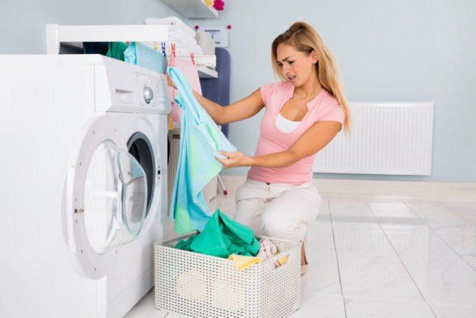Девушка стирает белье