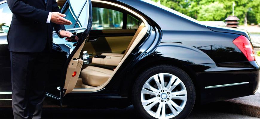 Водитель приглашает пассажира сесть в авто