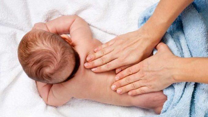 Ребенку массируют спину