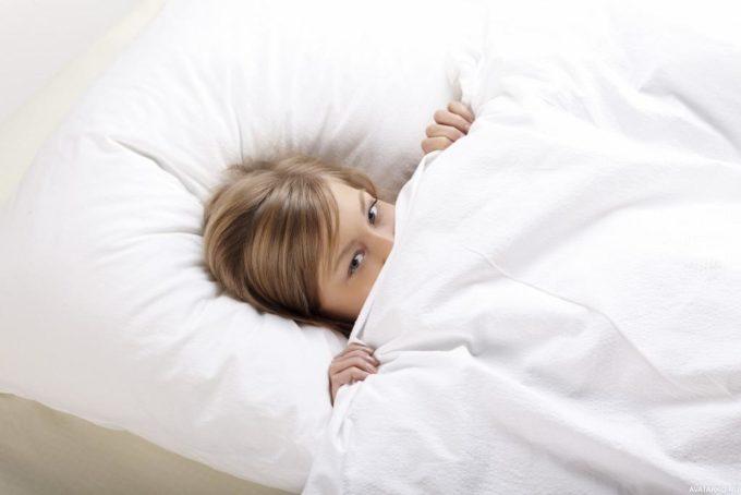 Девушка укрылась одеялом