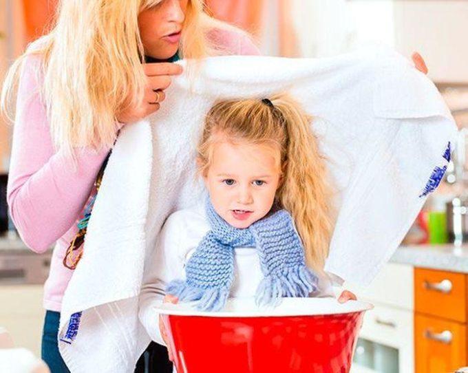 Мама проводит ингаляцию дочке