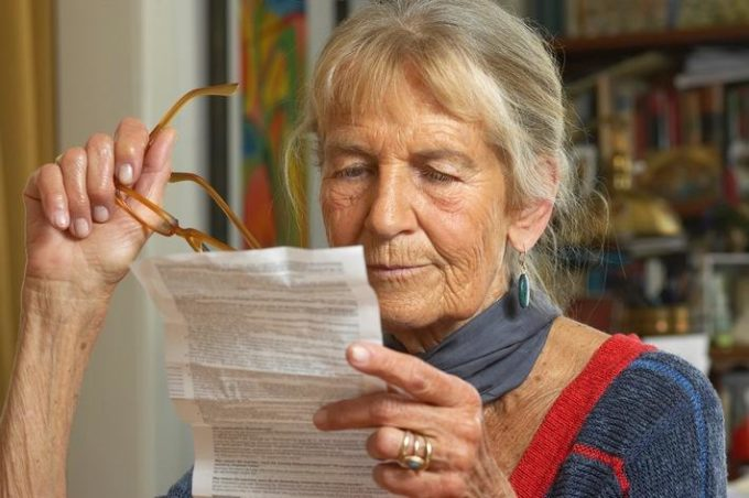 Женщина читает инструкция к препарату