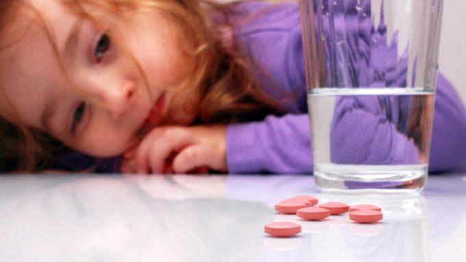 Девочка и таблетки