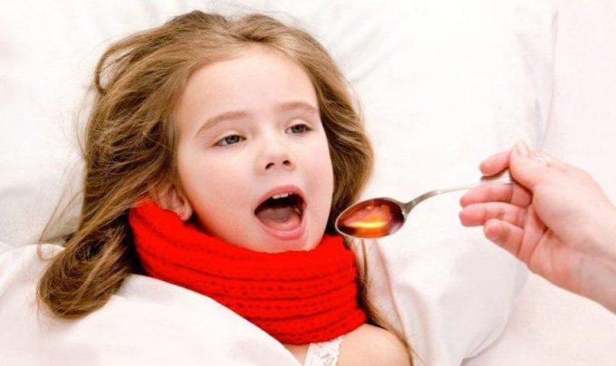Девочка пьет сироп от кашля