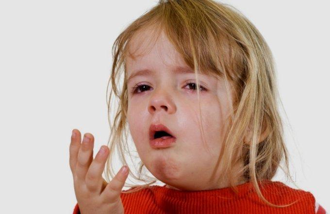 Девочка сильно кашляет