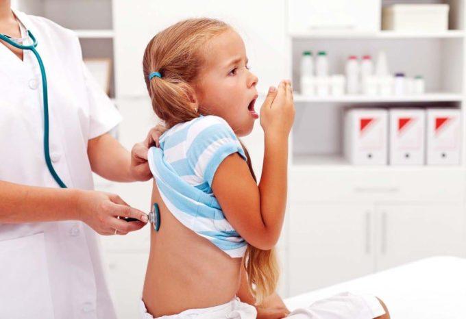 Детский врач и ребенок