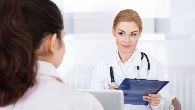 Врач слушает пациента