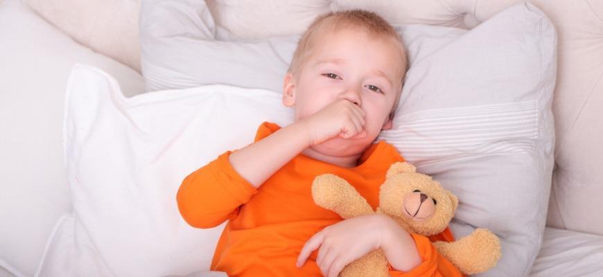 Почему ребенок кашляет по утрам после сна и что с этим делать 2020