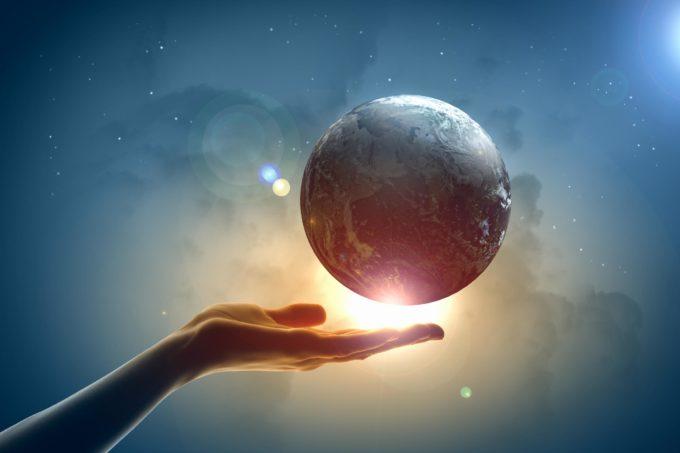 Земля и рука