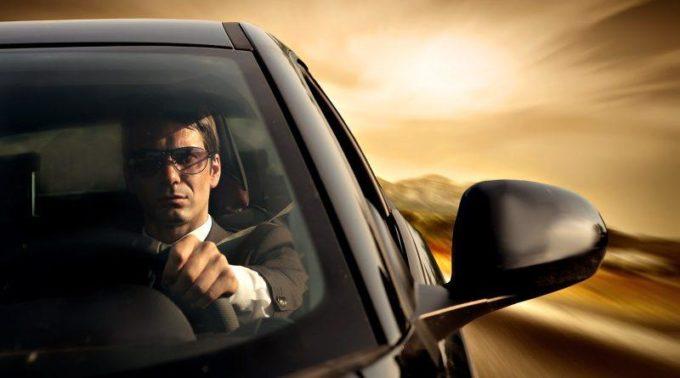 Мужчина в дорогом авто