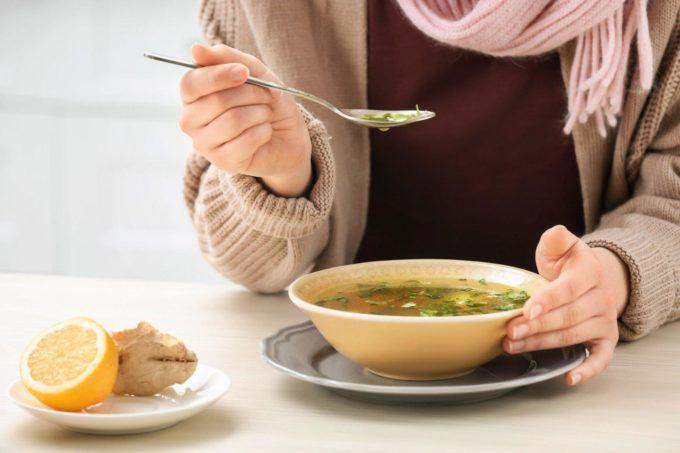 Девушка кушает суп