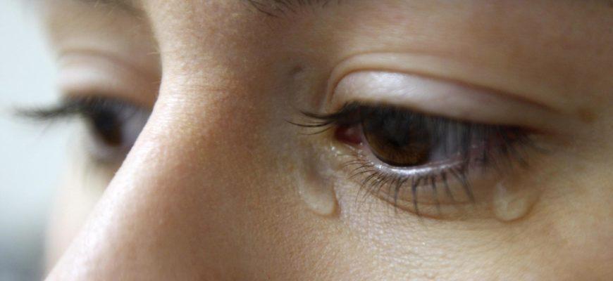 к чему слезится левый глаз