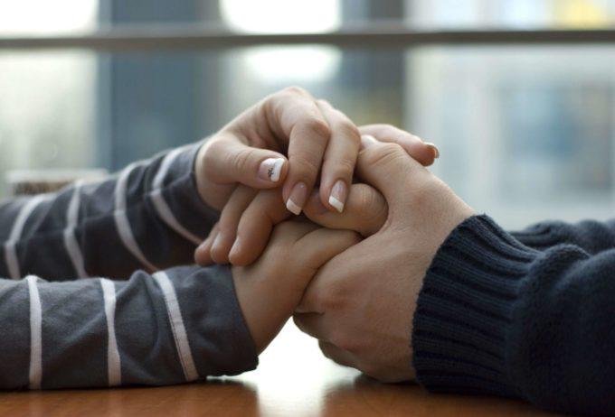 Пара держится за руки