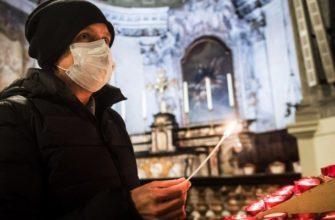 Человек в церкви в медицинской маске