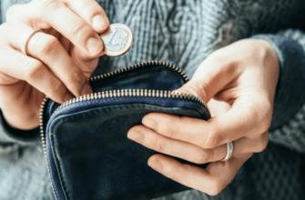Девушка кладет монету в кошелек